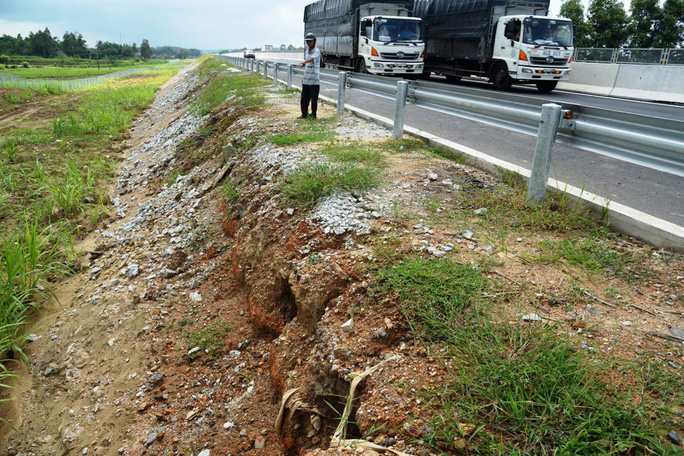 Ta luy sạt lở, bê tông vỡ vụn trên đường cao tốc Đà Nẵng – Quảng Ngãi - Ảnh 4.