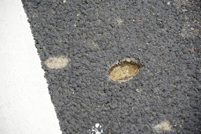 Ta luy sạt lở, bê tông vỡ vụn trên đường cao tốc Đà Nẵng – Quảng Ngãi - Ảnh 8.