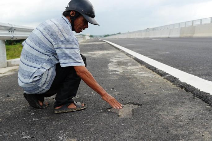 Ta luy sạt lở, bê tông vỡ vụn trên đường cao tốc Đà Nẵng – Quảng Ngãi - Ảnh 9.