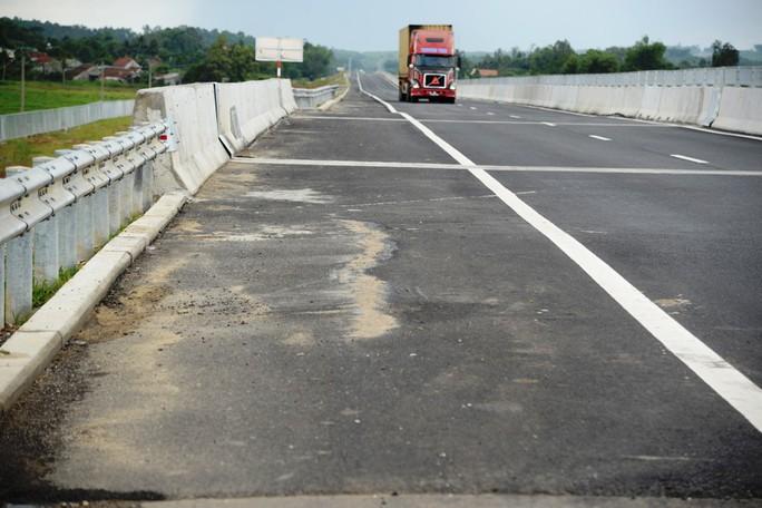 Ta luy sạt lở, bê tông vỡ vụn trên đường cao tốc Đà Nẵng – Quảng Ngãi - Ảnh 10.