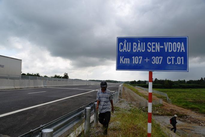Ta luy sạt lở, bê tông vỡ vụn trên đường cao tốc Đà Nẵng – Quảng Ngãi - Ảnh 3.
