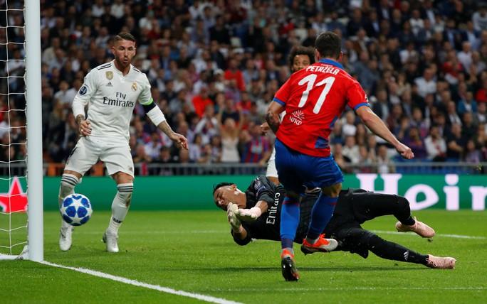 Thoát hiểm ở Bernabeu, sao Real Madrid giữ ghế HLV Lopetegui - Ảnh 1.