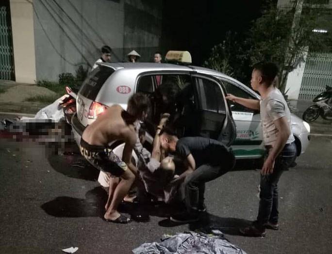 2 xe máy đấu đầu, 3 người tử vong, 4 người bị thương - Ảnh 1.