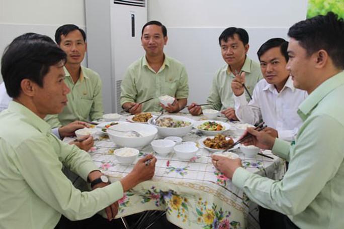 Nâng chất bữa ăn giữa ca cho người lao động - Ảnh 1.