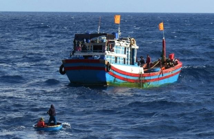 Một ngư dân rơi xuống biển mất tích - Ảnh 1.