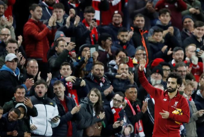 Liverpool mở đại tiệc bàn thắng, Mohamed Salah nhận quà độc từ CĐV - Ảnh 2.