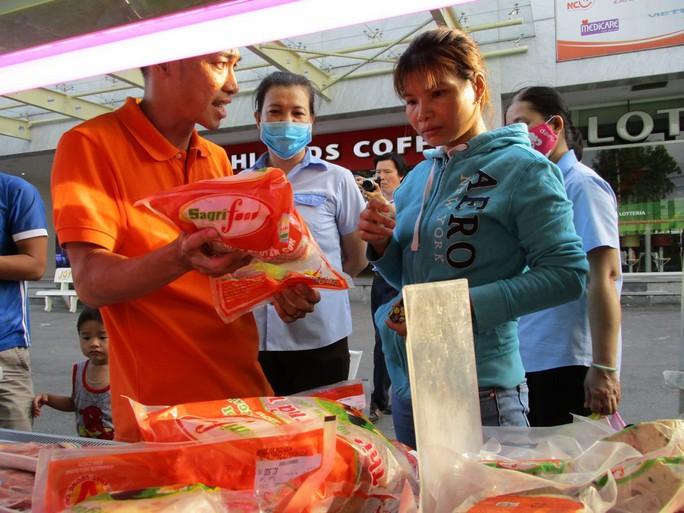 TP HCM đưa rau, thịt sạch xuống KCX bán cho công nhân - Ảnh 1.
