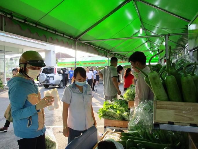 TP HCM đưa rau, thịt sạch xuống KCX bán cho công nhân - Ảnh 2.