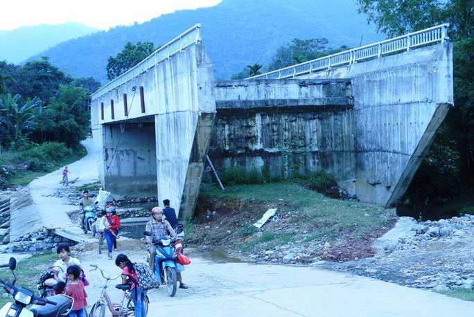 Cây cầu 15 tỉ đồng xây xong để làm cảnh, dân vẫn lội suối - Ảnh 3.