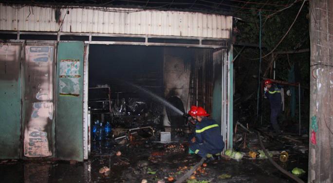 Nhà bán xăng, chồng giận vợ đổ xăng đốt nhà, 3 người bỏng nặng - Ảnh 1.
