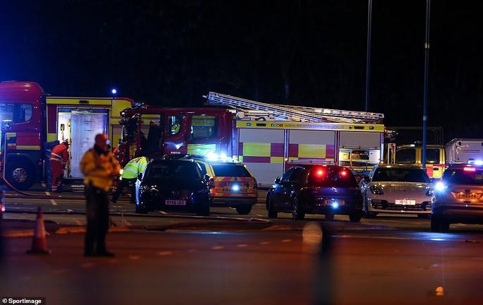 Tỉ phú Vichai gặp nạn trên chuyến bay định mệnh ở sân Leicester - Ảnh 7.