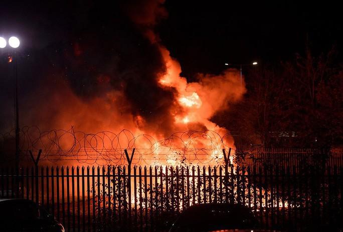Máy bay Chủ tịch Leicester gặp nạn, bốc cháy bên ngoài sân King Power - Ảnh 2.