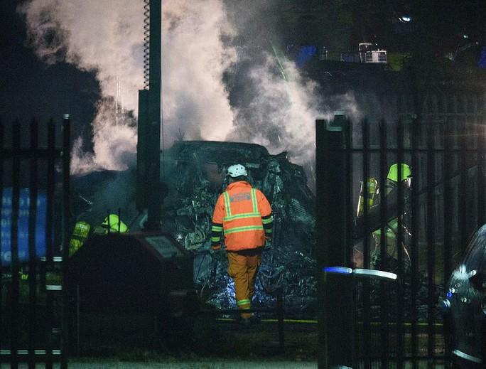Máy bay Chủ tịch Leicester gặp nạn, bốc cháy bên ngoài sân King Power - Ảnh 3.