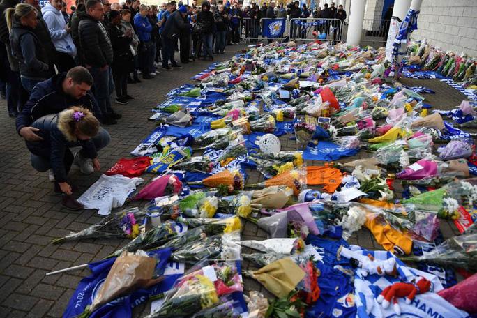 """CĐV Leicester: Chúng tôi nợ ông chủ tỉ phú quá cố """"tất cả mọi thứ"""" - Ảnh 6."""