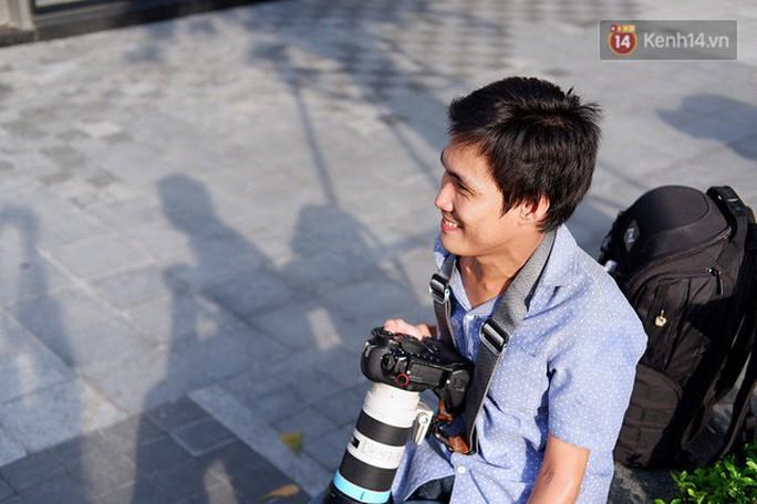 Nghị lực phi thường của chàng nhiếp ảnh khuyết tật ở Sài Gòn - Ảnh 1.