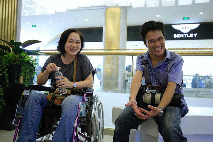 Nghị lực phi thường của chàng nhiếp ảnh khuyết tật ở Sài Gòn - Ảnh 3.