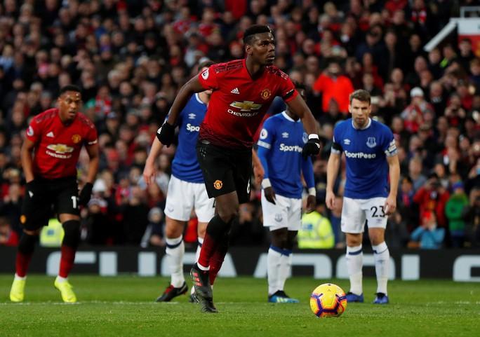Sút phạt đền dị, Pogba suýt thành tội đồ của Man United - Ảnh 3.