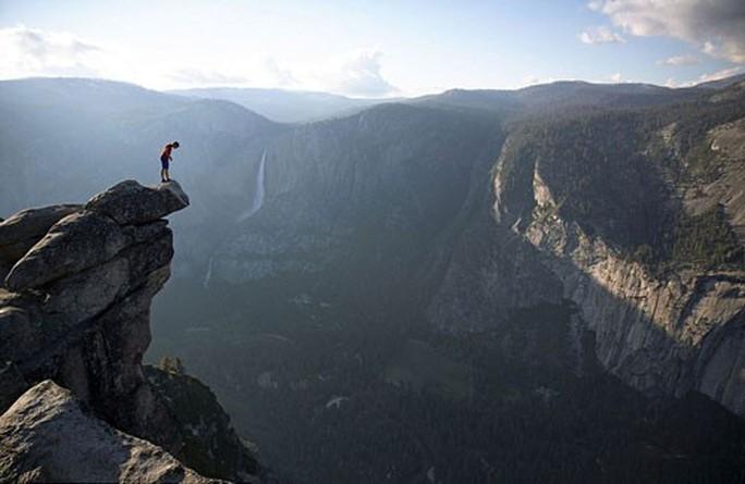 Tay không leo núi ngàn mét - Ảnh 1.