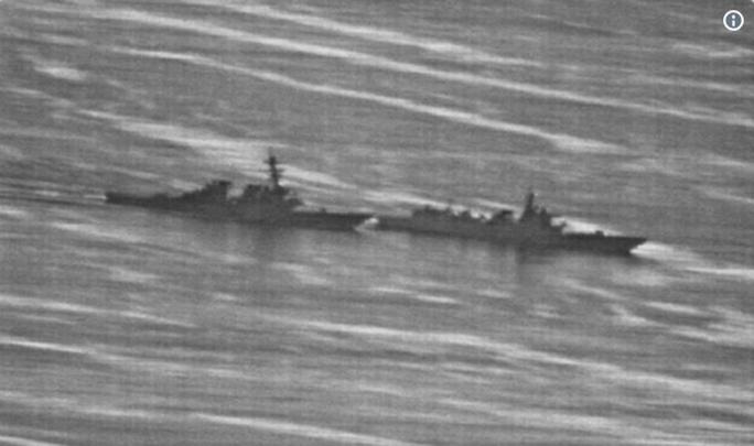 Lộ ảnh tàu Trung Quốc vượt đầu tàu Mỹ trên biển Đông - Ảnh 1.