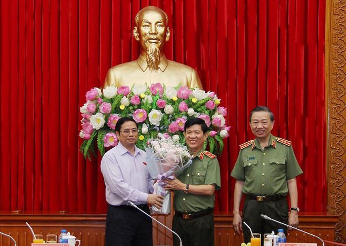 Công bố Quyết định của Bộ Chính trị về công tác cán bộ tại Đảng ủy Công an Trung ương - Ảnh 1.
