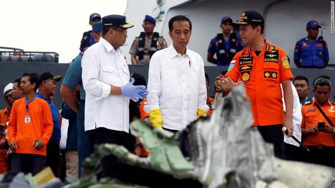 Rơi máy bay Indonesia: Chiếc Boeing tông phải bom mưa? - Ảnh 6.