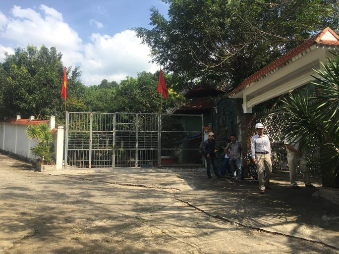 Chính quyền đến biệt phủ xây trái phép kiểm tra, người làm không chịu mở cửa - Ảnh 1.