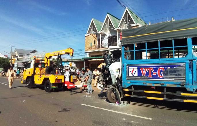 Xe khách đối đầu xe tải, 50 hành khách la hét hoảng loạn - Ảnh 1.