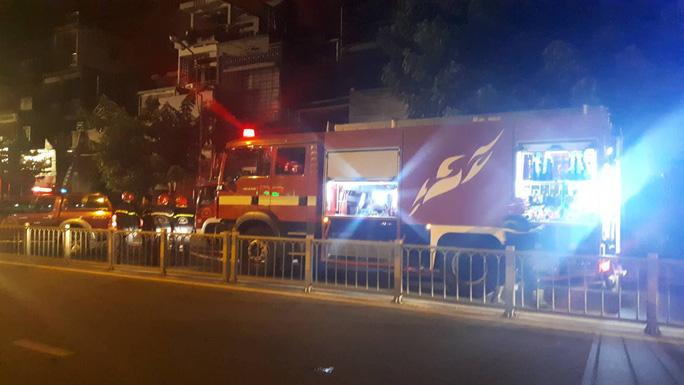 Quán bar ở trung tâm TP HCM cháy ngùn ngụt lúc rạng sáng - Ảnh 2.