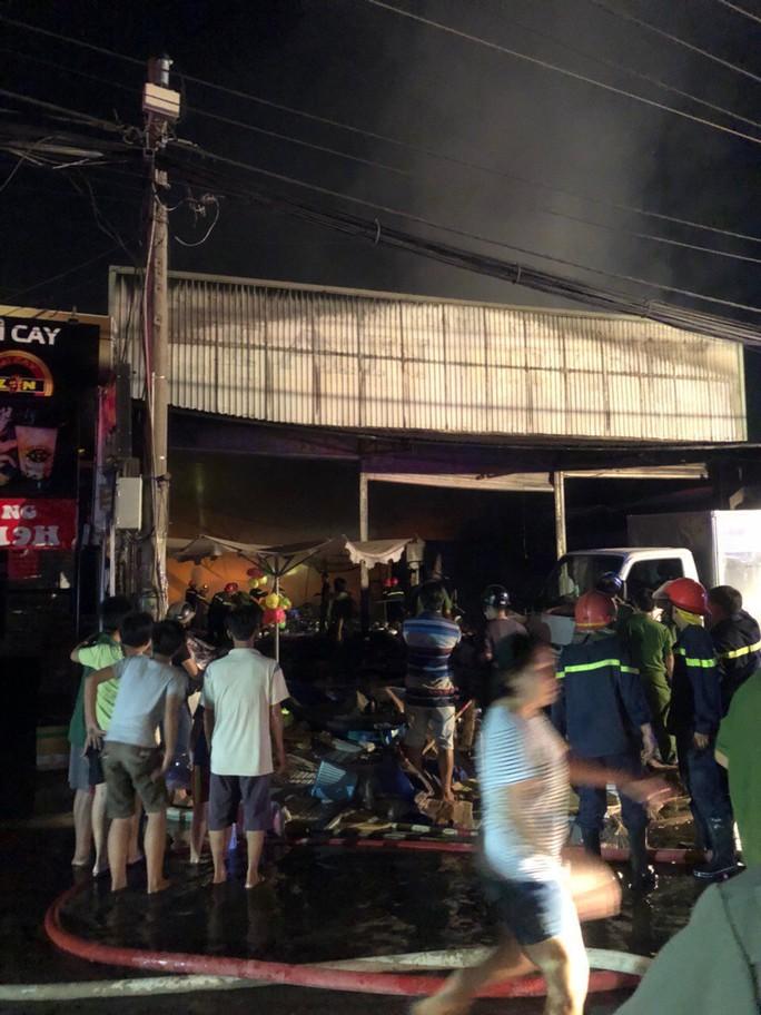 Cháy lớn gần siêu thị Co.opmart Xa lộ Hà Nội - Ảnh 1.