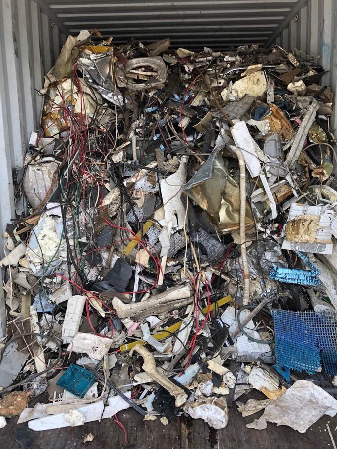 Hàng loạt container rác thải lại nhập cảng Cát Lái - Ảnh 1.
