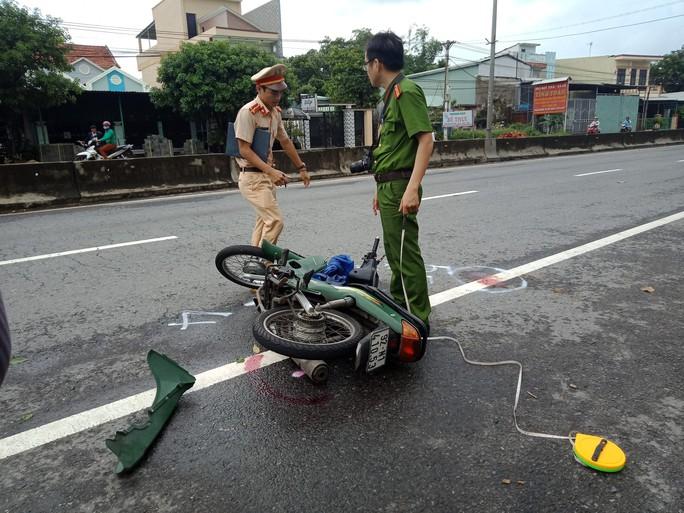 Bồng cháu qua đường gửi trẻ bị xe máy tông khiến 2 bà cháu nguy kịch - Ảnh 2.
