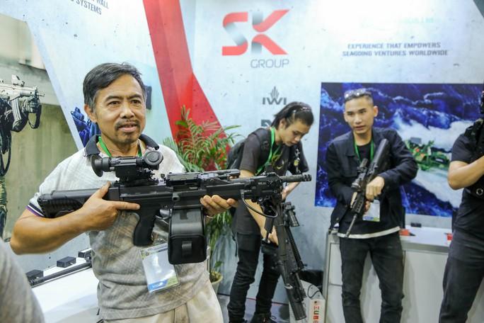 Tận tay cầm vũ khí tối tân trong triển lãm quốc tế về an ninh tại Hà Nội - Ảnh 3.