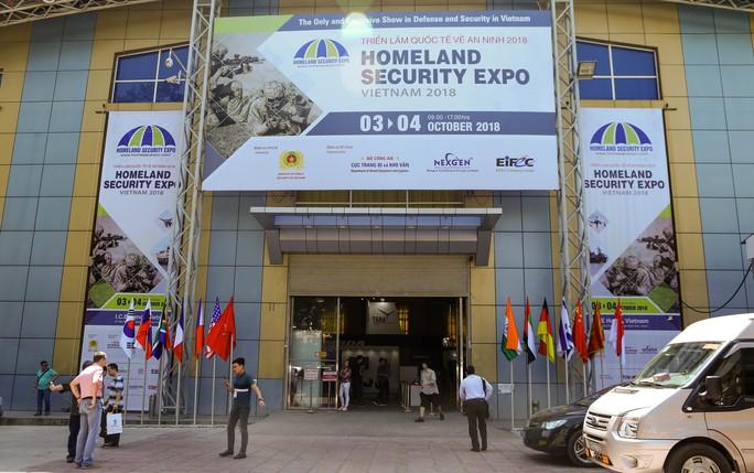 Tận tay cầm vũ khí tối tân trong triển lãm quốc tế về an ninh tại Hà Nội - Ảnh 1.