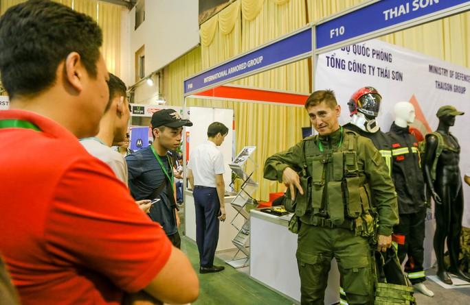 Tận tay cầm vũ khí tối tân trong triển lãm quốc tế về an ninh tại Hà Nội - Ảnh 4.