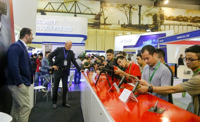 Tận tay cầm vũ khí tối tân trong triển lãm quốc tế về an ninh tại Hà Nội - Ảnh 2.