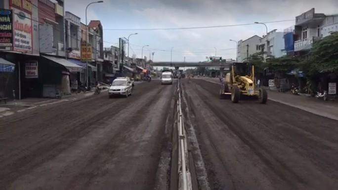 Quốc lộ 1 qua Bình Định nát bét nát chỉ sau 3 năm nâng cấp, vì sao? - Ảnh 1.