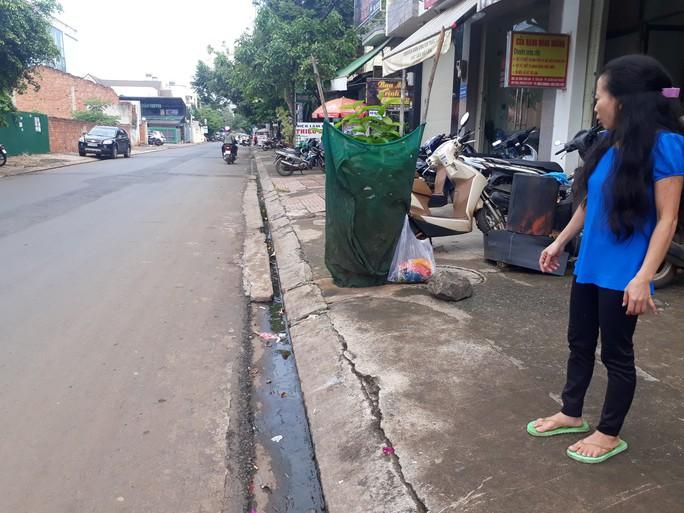 Thai phụ trên đường đi sinh bị cướp giật túi xách, ngã nhào - Ảnh 1.