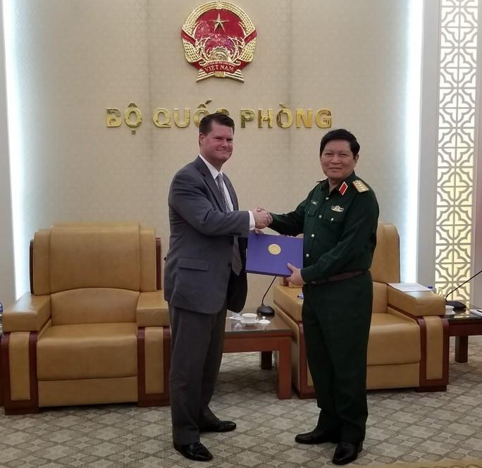 Trợ lý bộ trưởng Quốc phòng Mỹ thăm Việt Nam lần thứ ba trong 9 tháng - Ảnh 1.