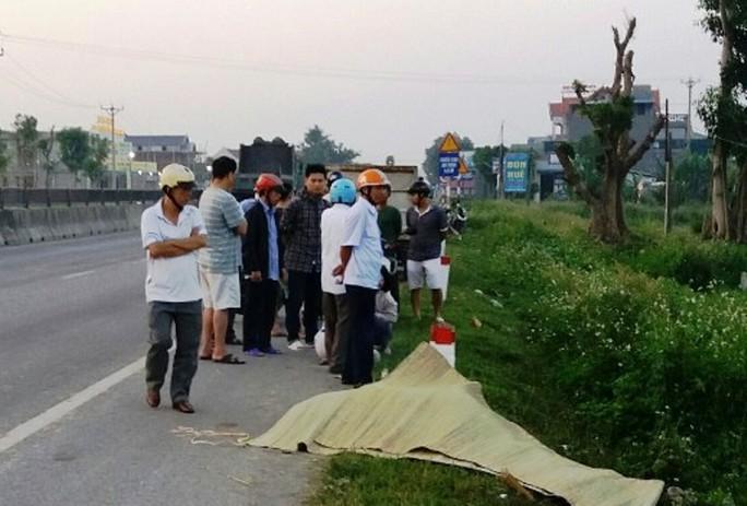 Nam thanh niên tử vong trong tư thế tay ôm đầu bên quốc lộ 1A - Ảnh 1.