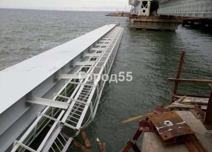 Một phần cầu nối Nga - Crimea gặp sự cố, rơi xuống biển - Ảnh 1.