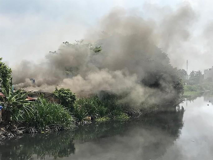 Cơ sở thu mua phế liệu đổ sập trong đám cháy - Ảnh 2.