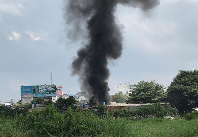 Cơ sở thu mua phế liệu đổ sập trong đám cháy - Ảnh 1.