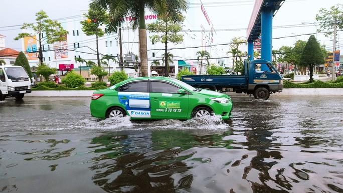 """Cà Mau: Đường biến thành """"sông"""" sau cơn mưa như trút nước - Ảnh 6."""