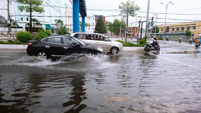 """Cà Mau: Đường biến thành """"sông"""" sau cơn mưa như trút nước - Ảnh 7."""