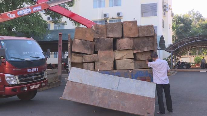 Giám đốc Công an tỉnh Đắk Lắk bắt gỗ lậu trong đêm - Ảnh 1.