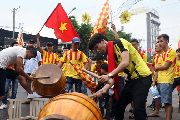 CĐV Nam Định làm nóng trận chung kết ngược tại Cần Thơ - Ảnh 6.