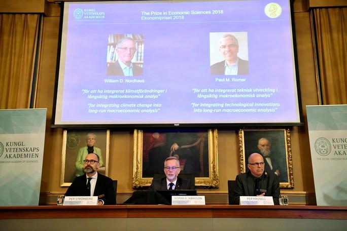 Nobel Kinh tế 2018: Chạm tới bài toán khó của thời đại - Ảnh 1.