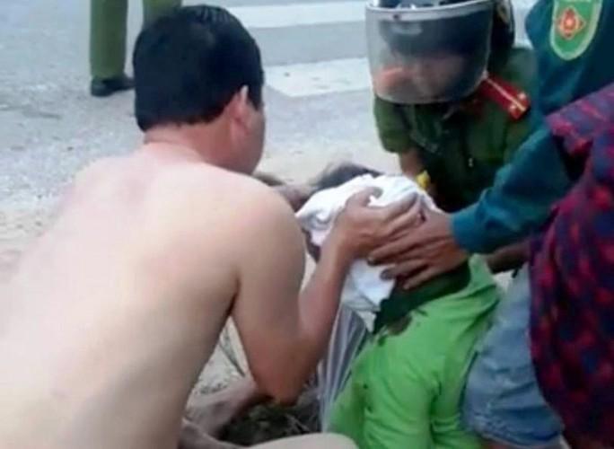 CSGT Thanh Hóa cởi áo cấp cứu người bị tai nạn giao thông - Ảnh 1.