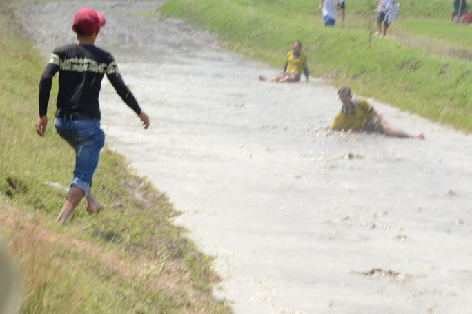 Thót tim với những bước chạy dũng mãnh tại giải đua bò Bảy Núi - Ảnh 10.