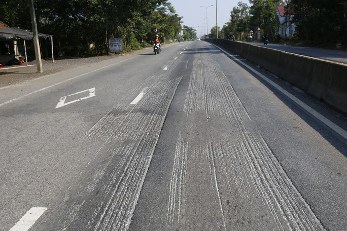 Cận cảnh vá víu quốc lộ ngàn tỉ ở Quảng Nam - Ảnh 14.